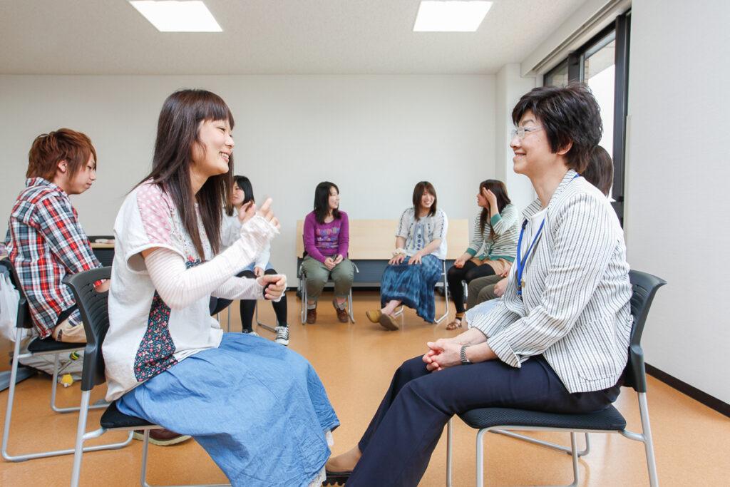 学生と交流する日比野学長
