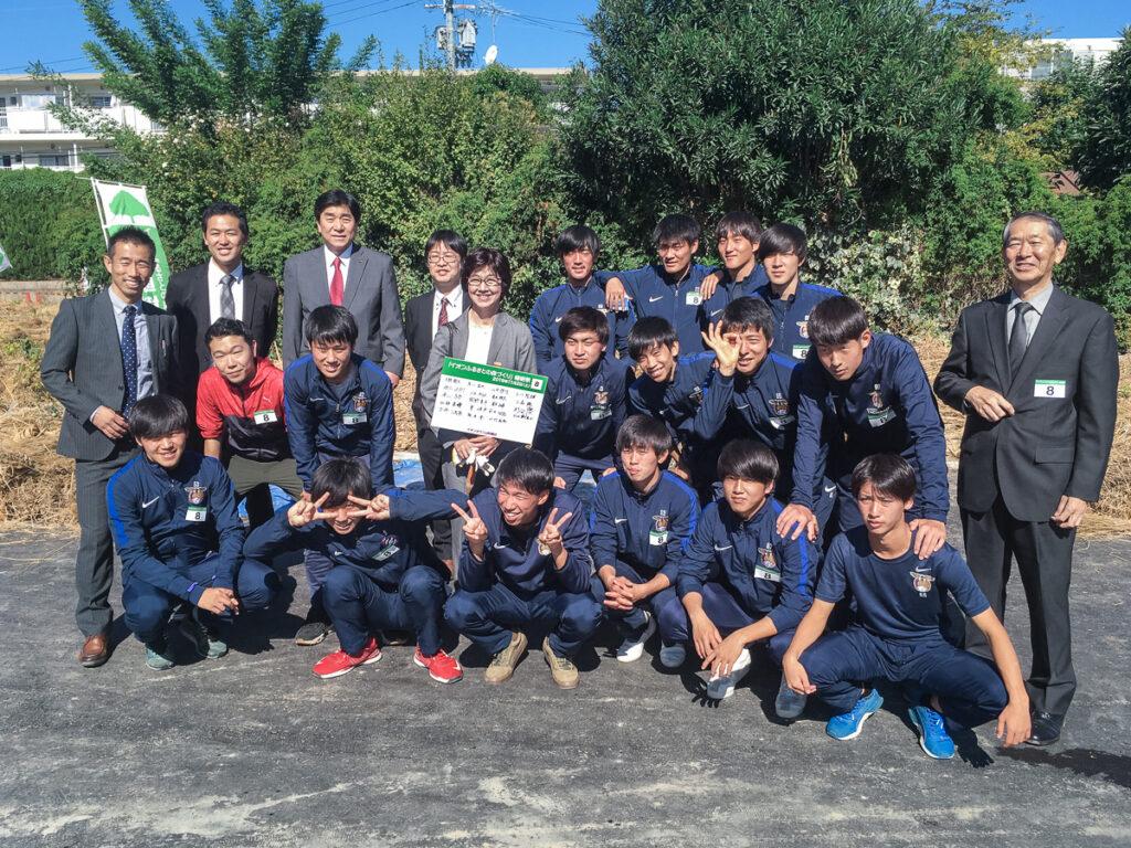 イオンタウン山科椥辻の植樹祭での教職員・サッカー部との1枚